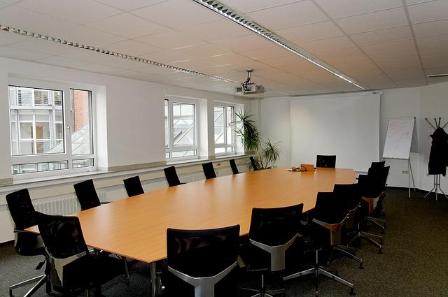 経営陣が集まる会議室