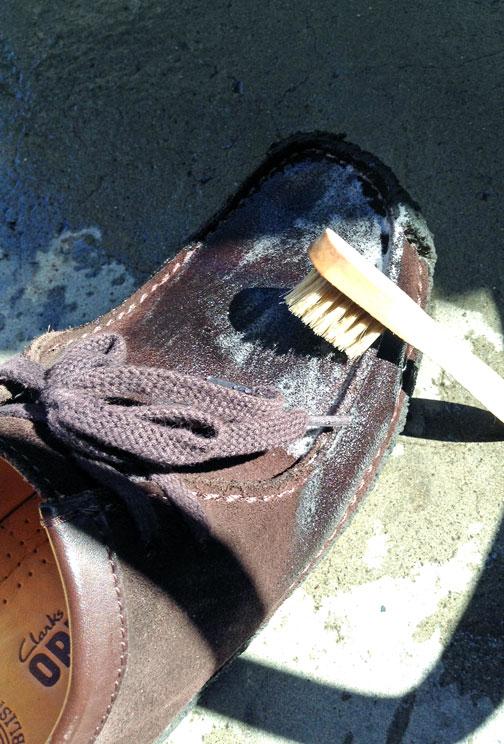 スエード靴をシャンプー中