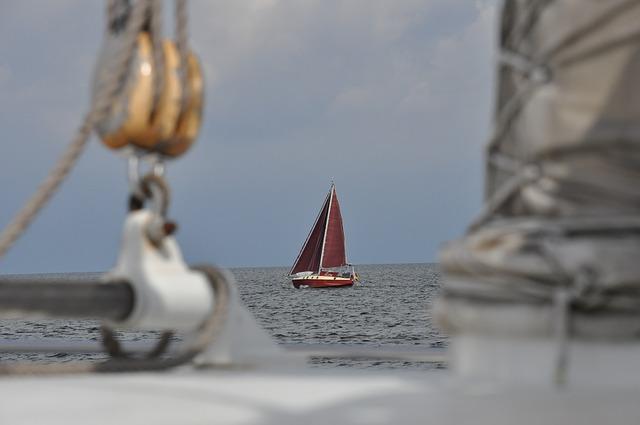 遠くのヨット