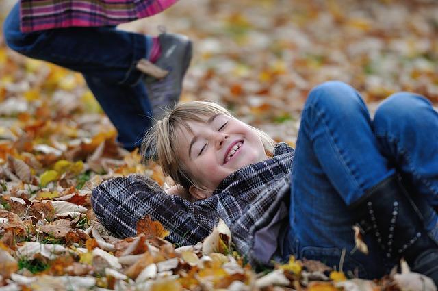 落ち葉と子供