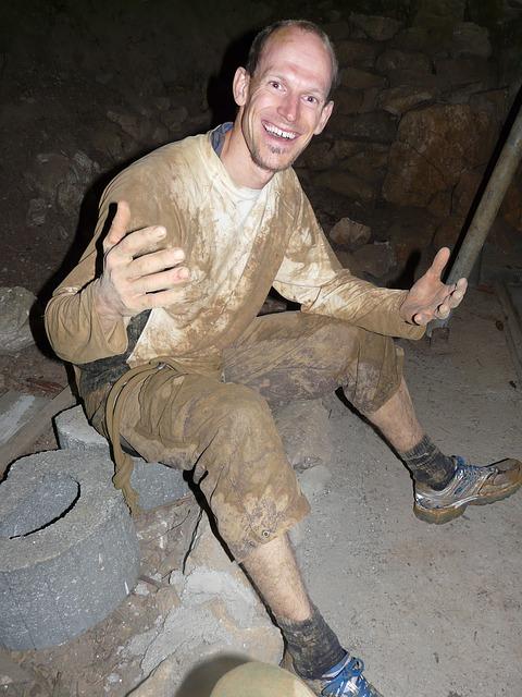 洞窟探検で汚れた人