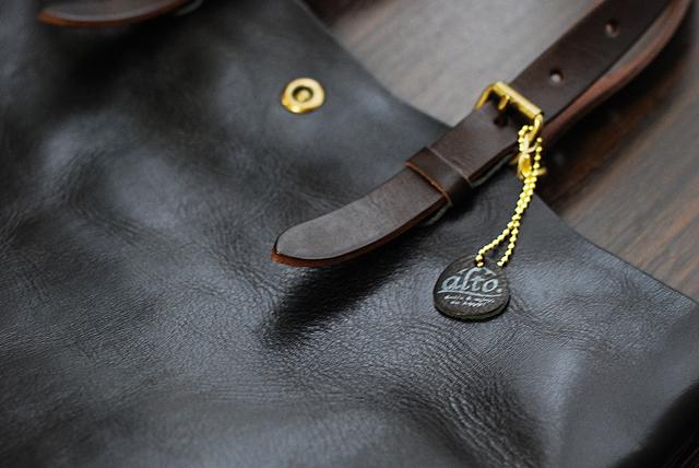 革で作られたaltoのロゴ