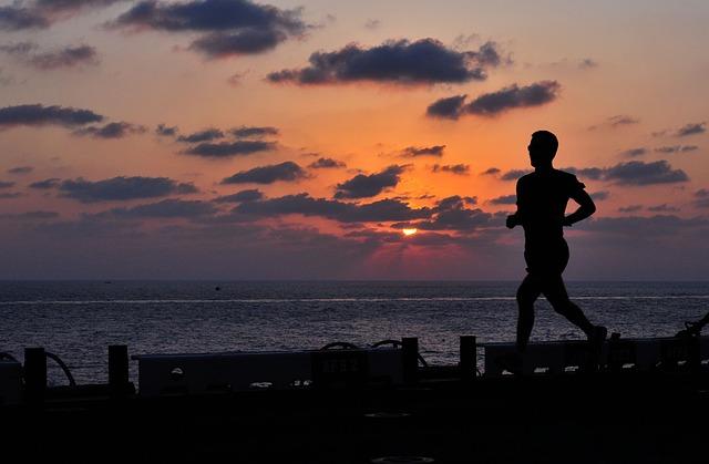 走る男のシルエット