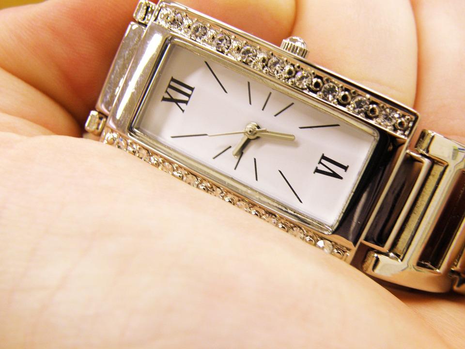 四角いブランド時計
