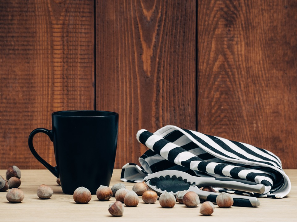 木の壁とマグカップ
